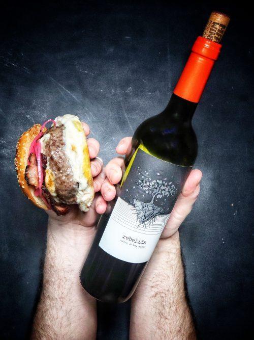 RECIPE & PAIRING: Homemade cheeseburger with Rebelión Malbec